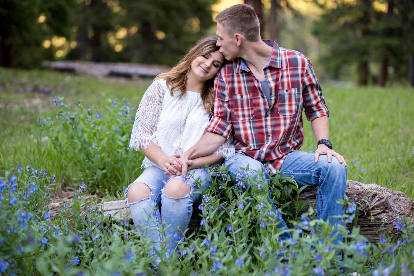 what to wear for an engagement session in the summer white top and jeans with plaid